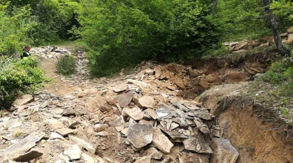 Разкриха незаконна кариера за добив на градешки камък в Сливенско