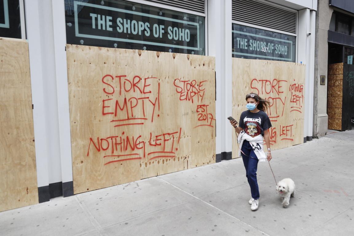 <p>Губернаторът на Ню Йорк Андрю Куомо разкритикува кмета на града Бил де Блазио и полицията, че не вършат добра работата си след последната нощ на грабежи и вандализъм в Манхатън</p>