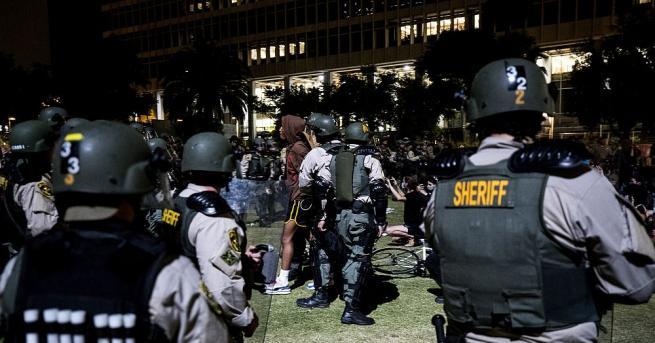 Полицията в американския град Ню Орлиънс използва снощи сълзотворен газ
