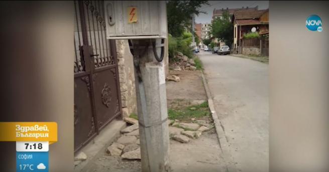 България Абсурд: Електрически стълб запушва входа на къща От ЧЕЗ