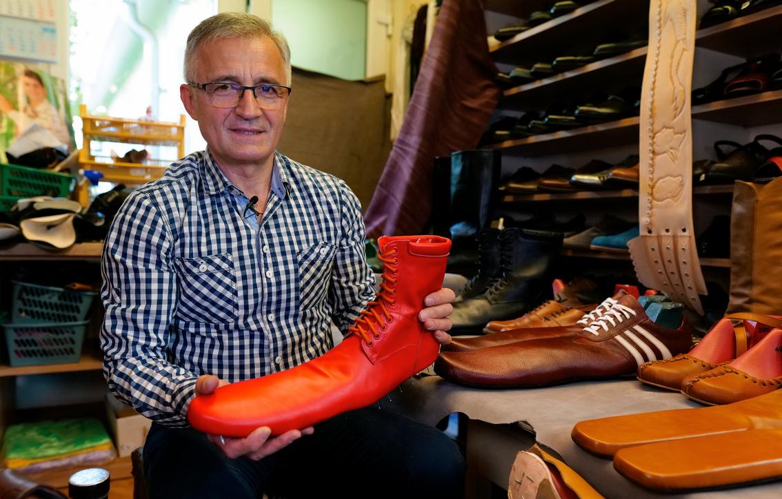<p>Повечето от клиентите му признават, че искат да носят творенията му на улицата или при специални поводи.</p>