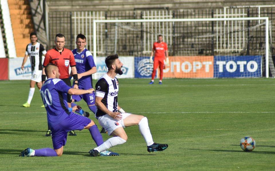 Локомотив Пловдив и Етър играятпри резултат 2:0. Доминик Малонга се
