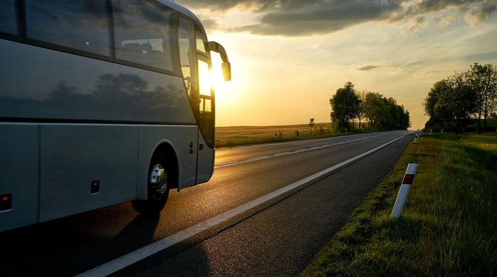 Автобус се преобърна в канавка край Пловдив