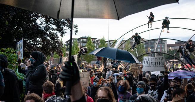 Полицията в американския град Сиатъл използва лютив спрей и шумозаглушителни