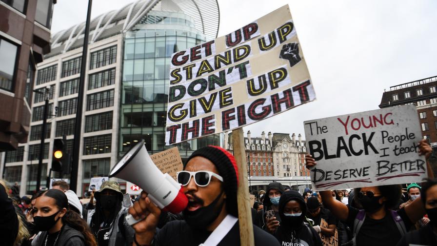 <p>Ранени полицаи и десетки хиляди демонстранти по улиците на Лондон</p>