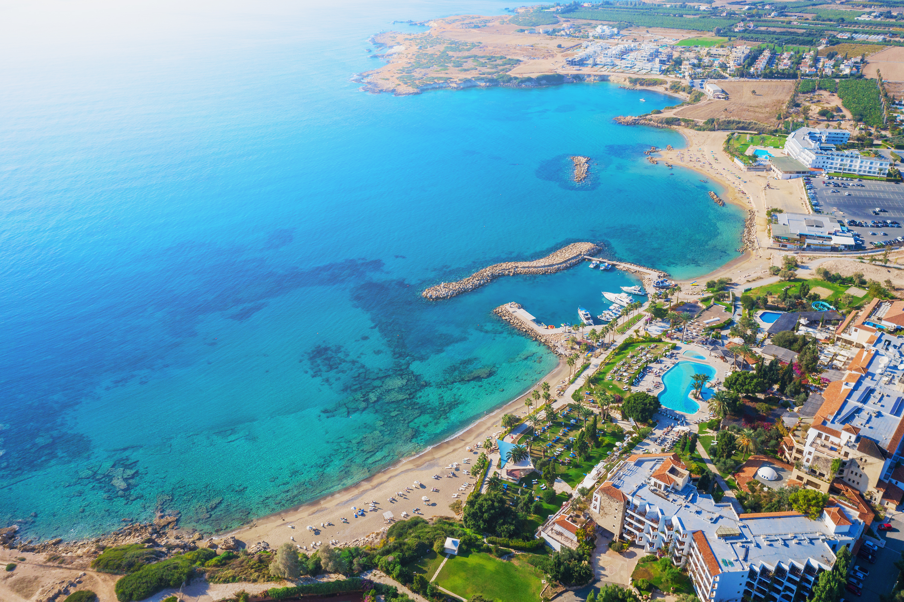 <p><strong>Кипър</strong></p>  <p>Правителството на Кипър постепенно отменя ограниченията по отношение на полетите от летищата в Ларнака и Пафос, както и работата на летищата и хотелите. От 9 юни се възобновяват въздушните полети, обяви министърът на транспорта Янис Карусос. &nbsp;Туристите, които пътуват до Кипър, трябва да предоставят удостоверение, че не са болни от COVID-19. За тези, които се разболеят по време на престоя си, могат да бъдат настанени в болница, която е пригодена само за туристи. Освен това държавата е осигурила хотел за туристи под карантина.</p>