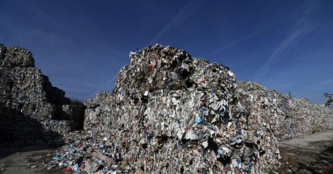 Прокурори и полицаи разследват случая с открититетоновеопасни отпадъци край Червен