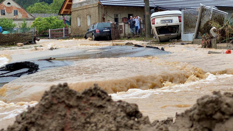 <p>Според нея, на места нивото на водата надхвърля един метър, жители на няколко села са евакуирани от домовете си. Сега местните власти търсят временни жилища за тях</p>