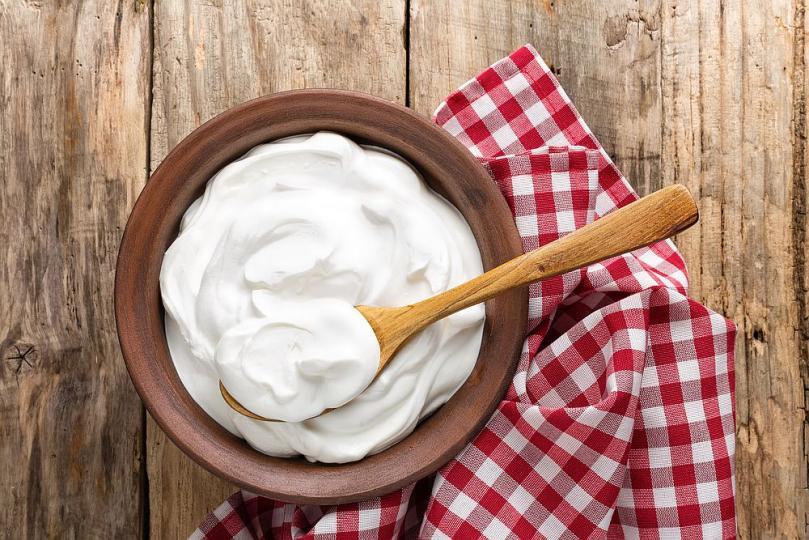 <p>1. Млечни продукти. Млечните продукти (освен млякото), увеличават количеството на хормона калцитриол в организма, което принуждава клетките да изгарят мазнини. Млечни продукти с ниско съдържание на мазнини: кисело мляко,&nbsp;кефир, извара,&nbsp;суроватка, според експерти, ще ви помогнат да отслабнете и да намалите количеството на новоусвоените мазнини. Суроватката съдържа висококачествен млечен протеин, който ускорява метаболизма на мазнините. Той насърчава изразходването на&nbsp;подкожни мазнини, за да компенсира енергийната консумация на организма.</p>