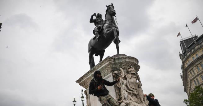 Демонстранти повредиха днес в Нидерландия статуите на морски офицер, участвал