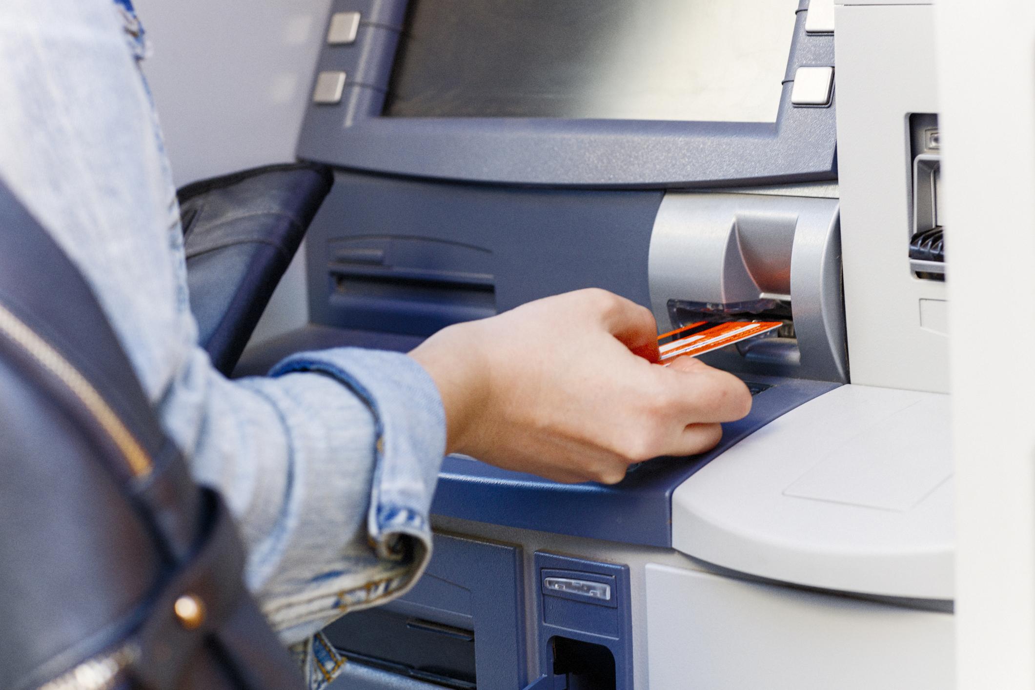 Защо плащаме такси, когато използваме банкомат