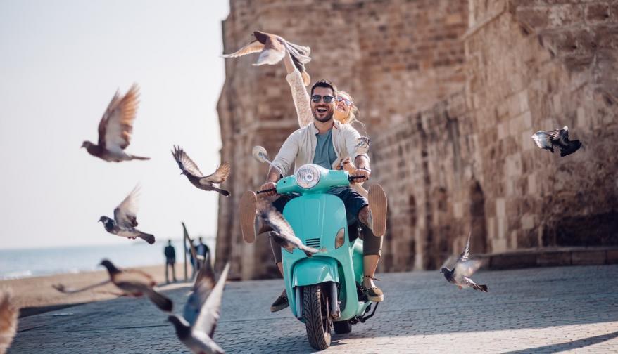 двойка любов връзка мъж жена мотор пътешествие