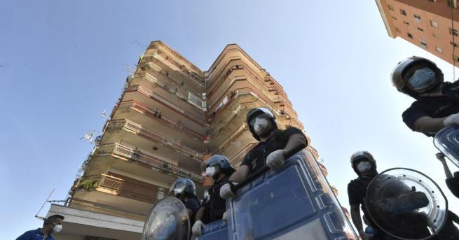 Микробус, собственост на някой от българските роми в карантинираните блокове