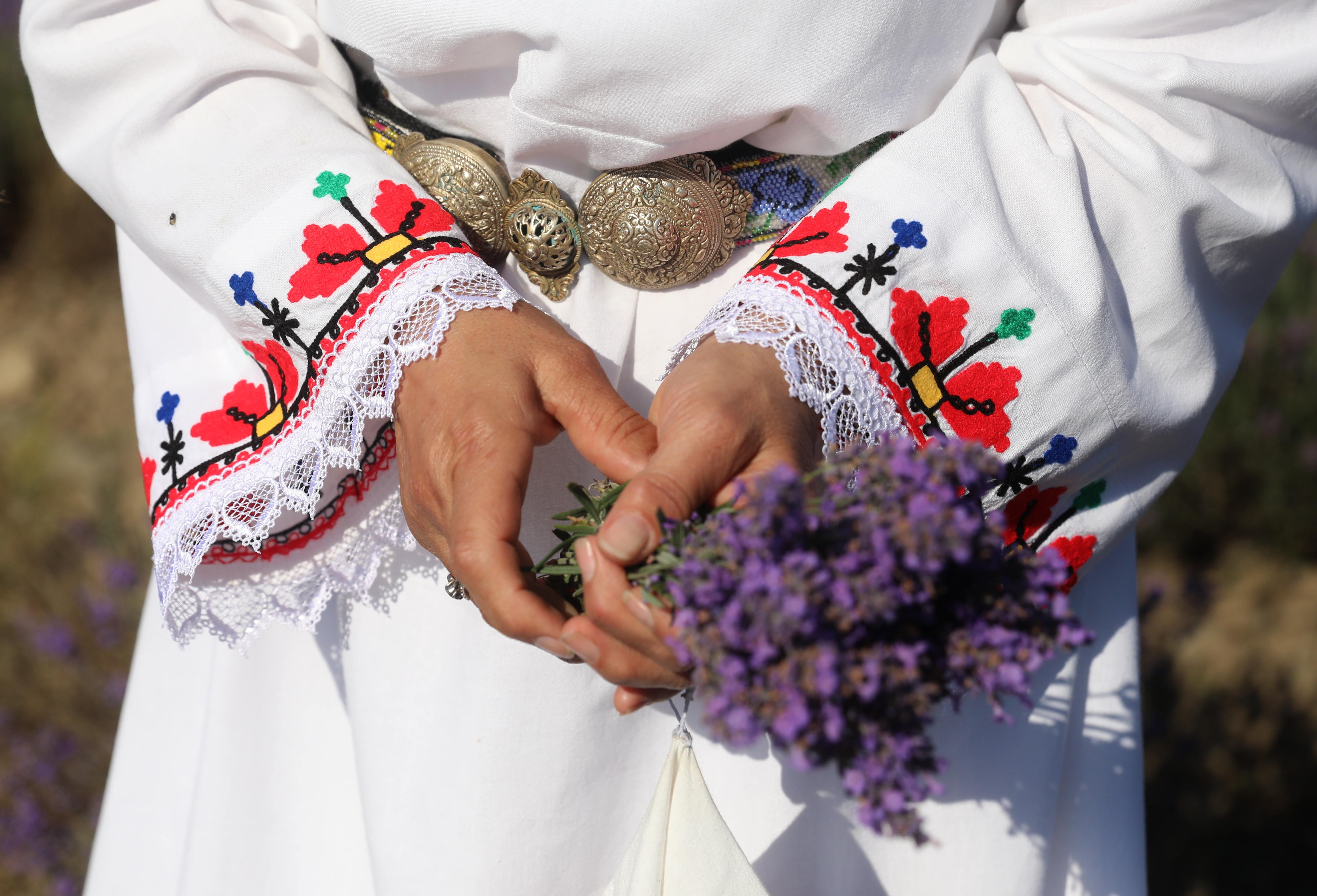 """Това е празник, който има дълбоки корени, свързани с вярванията в чудодейната лековита и любовна сила на билките, в животворната сила на водата и обреди към култа на слънцето. В двора на Патева къща самодейци пресъздадат ритуала """"Еньова буля"""" и обичая """"Жътва на Лавандула"""". Минава се за здраве през Еньовденски венец. Могат да се опитат обредни питки, направени с мълчана вода, продукти от роза и лавандула, да се дегустира чай от лавандула, гюлова ракия и ликьор."""