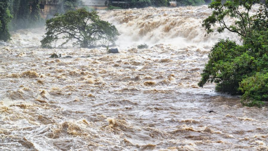 Тежки наводнения в Китай, има загинали, хиляди са евакуирани