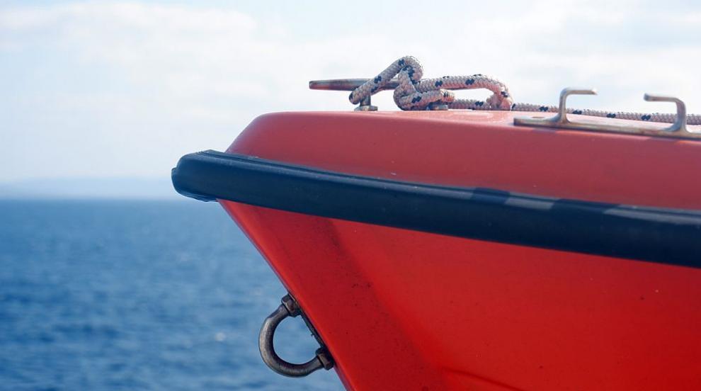 Финландски ферибот заседна край остров в Балтийско...