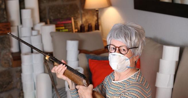 Видеоклип, който показва как възрастна двойка американци насочва огнестрелни оръжия