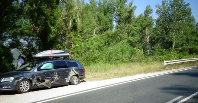 """Лек автомобил """"Фолксваген"""" с румънска регистрация е ударен на главен"""
