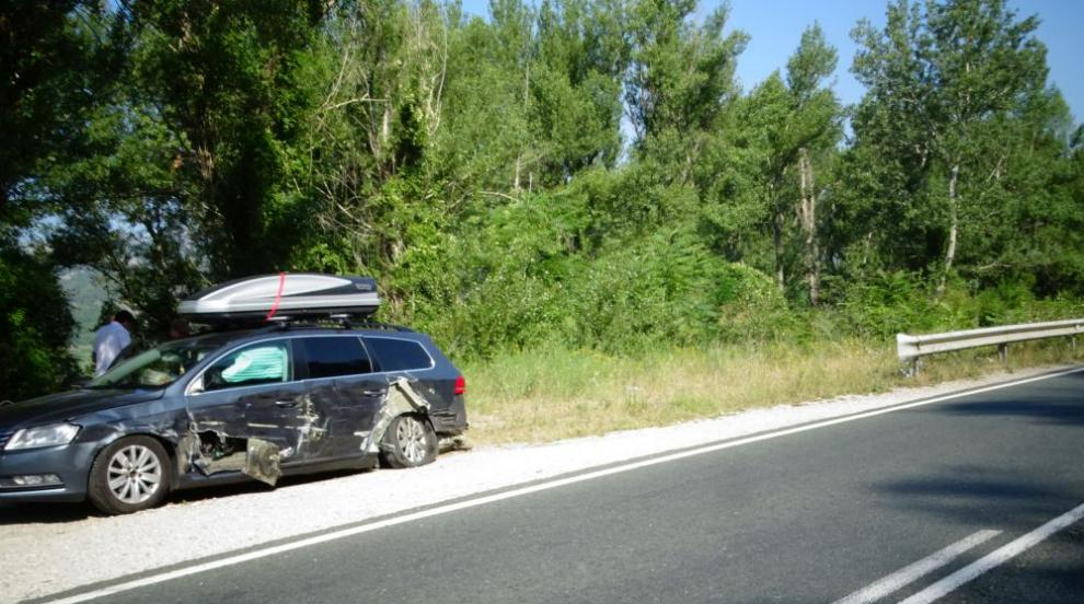 ТИР удари кола с румънци край Симитли и избяга (СНИМКИ)