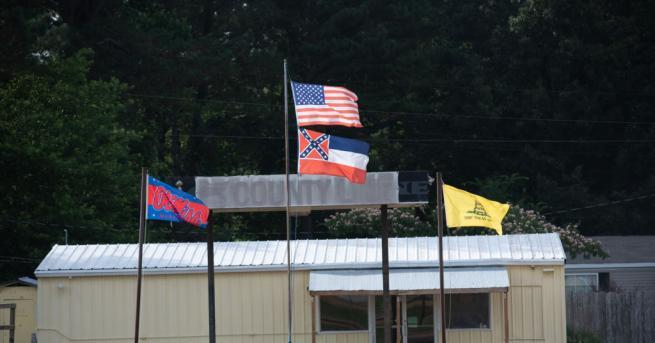 Губернаторът на американския щат Мисисипи Тейт Рийвс одобри с подписа