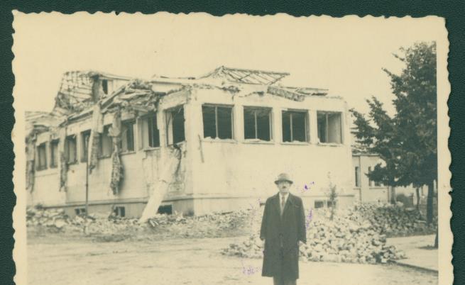 Проф. Васил Захариев до Държавната картинна галерия в София, пострадала от английските и американските бомбардировки. 1944 г.