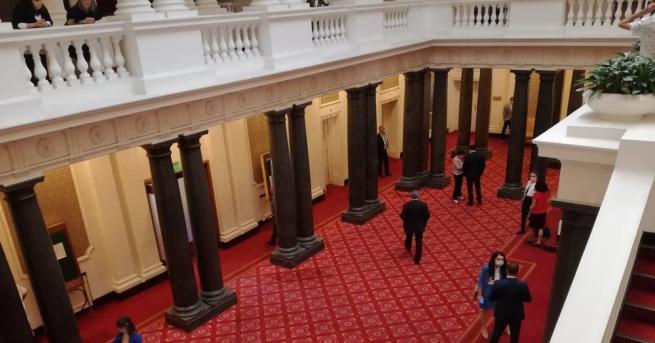 Служители на РЗИ са в Народното събрание, за да връчат