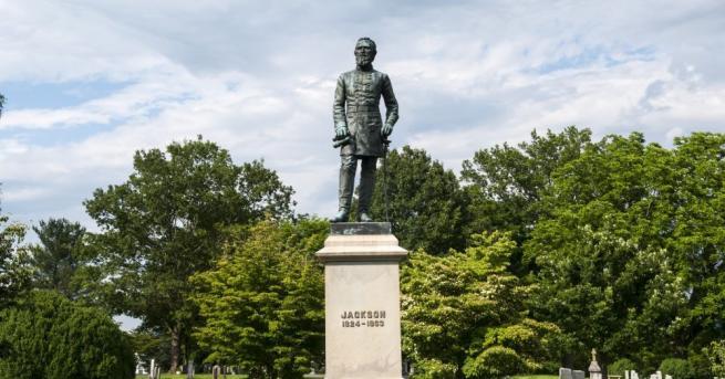 Внушителната статуя на генерал