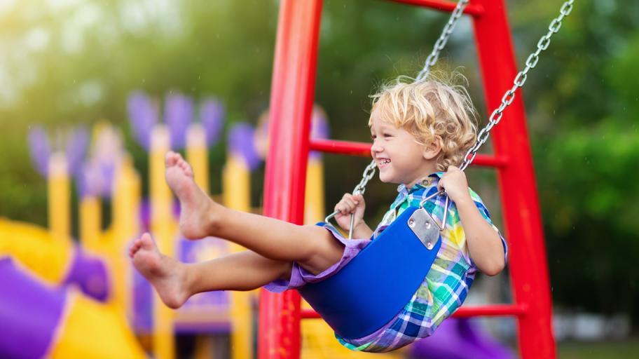 Децата растат здрави и на детската площадка