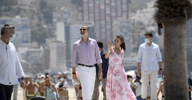 Испанският крал Фелипе Шести и кралица Летисия се разходиха по
