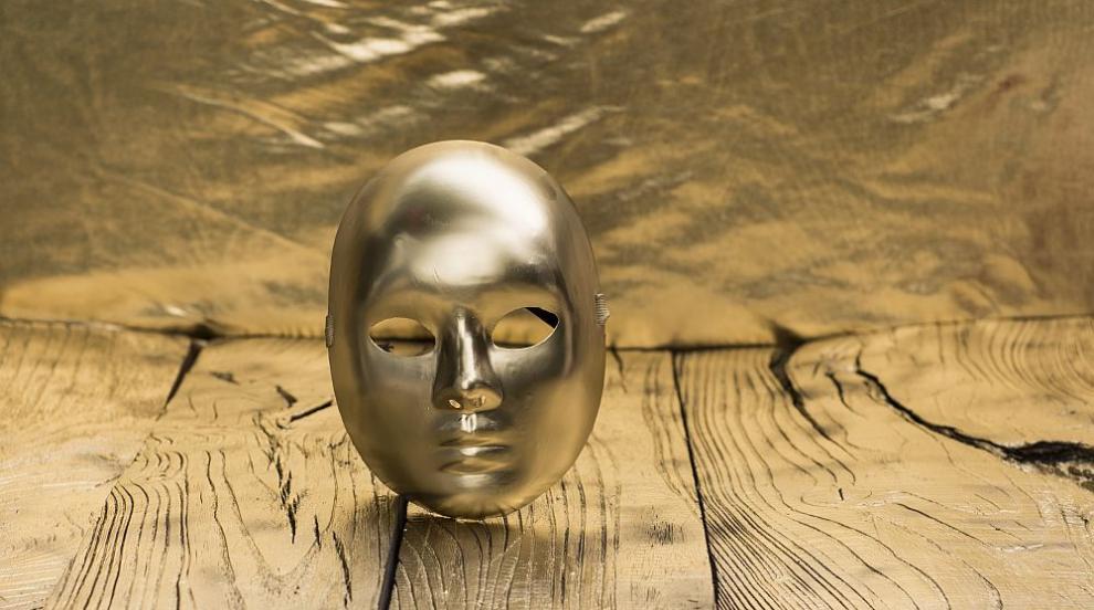 Бизнесмен си поръча златна маска, за да се пази от коронавирус (СНИМКИ)