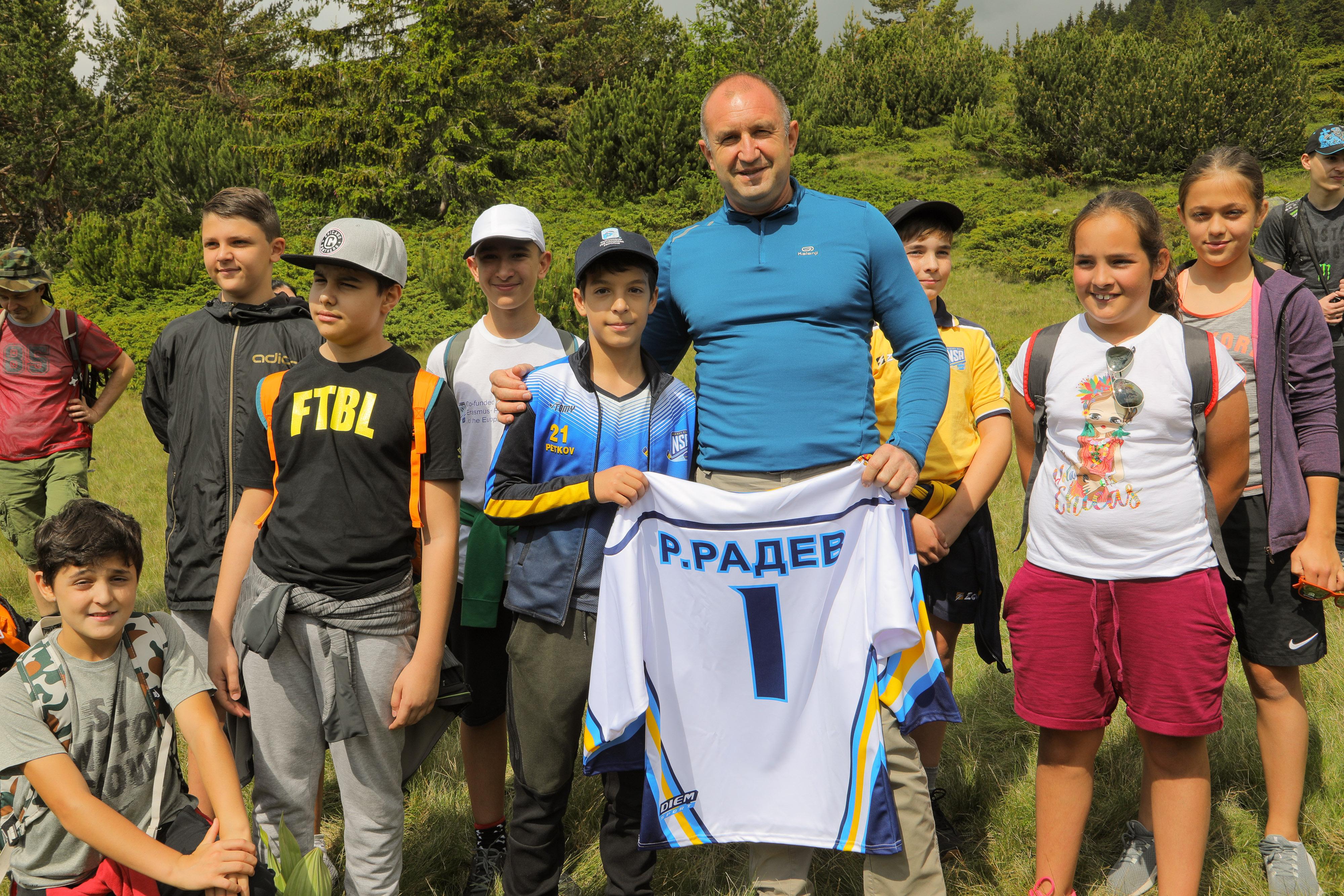 """Президентът Румен Радев изкачи връх """"Зъбчето"""" в Рила. Походът беше част от инициативата """"Спортувай с Президента"""""""