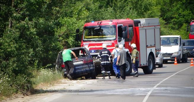 Лек автомобил пламна този след обяд на пътя за Кочериново,