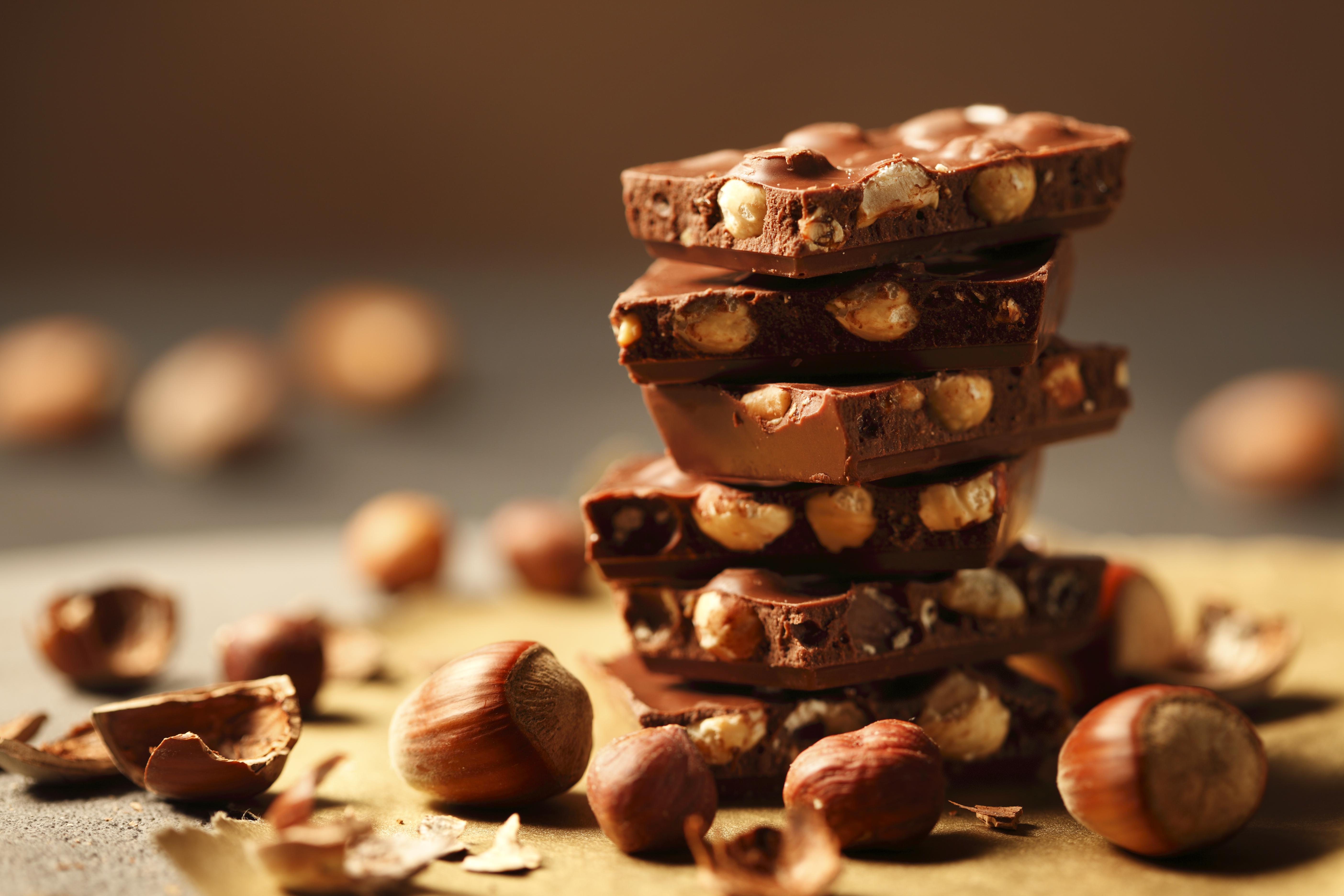 <p><strong>Може да се чувствате потиснати</strong></p>  <p>Да, може да почувствате промяна в настроението, просто защото се отказвате от любимата си храна. Но тъй като какаото и шоколадът са буквално храна за повишаване на настроението, избягването им може да ви накара да се чувствате потиснати. Доказано е, че консумацията на шоколад може да бъде свързана с намалени шансове за депресивни симптоми.</p>