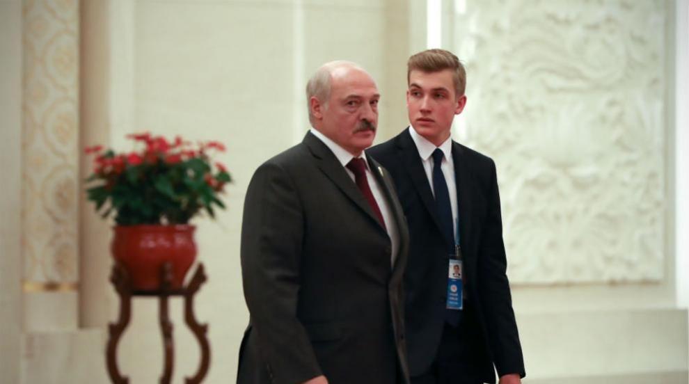 Лукашенко отива на интервю по чорапи (СНИМКИ)