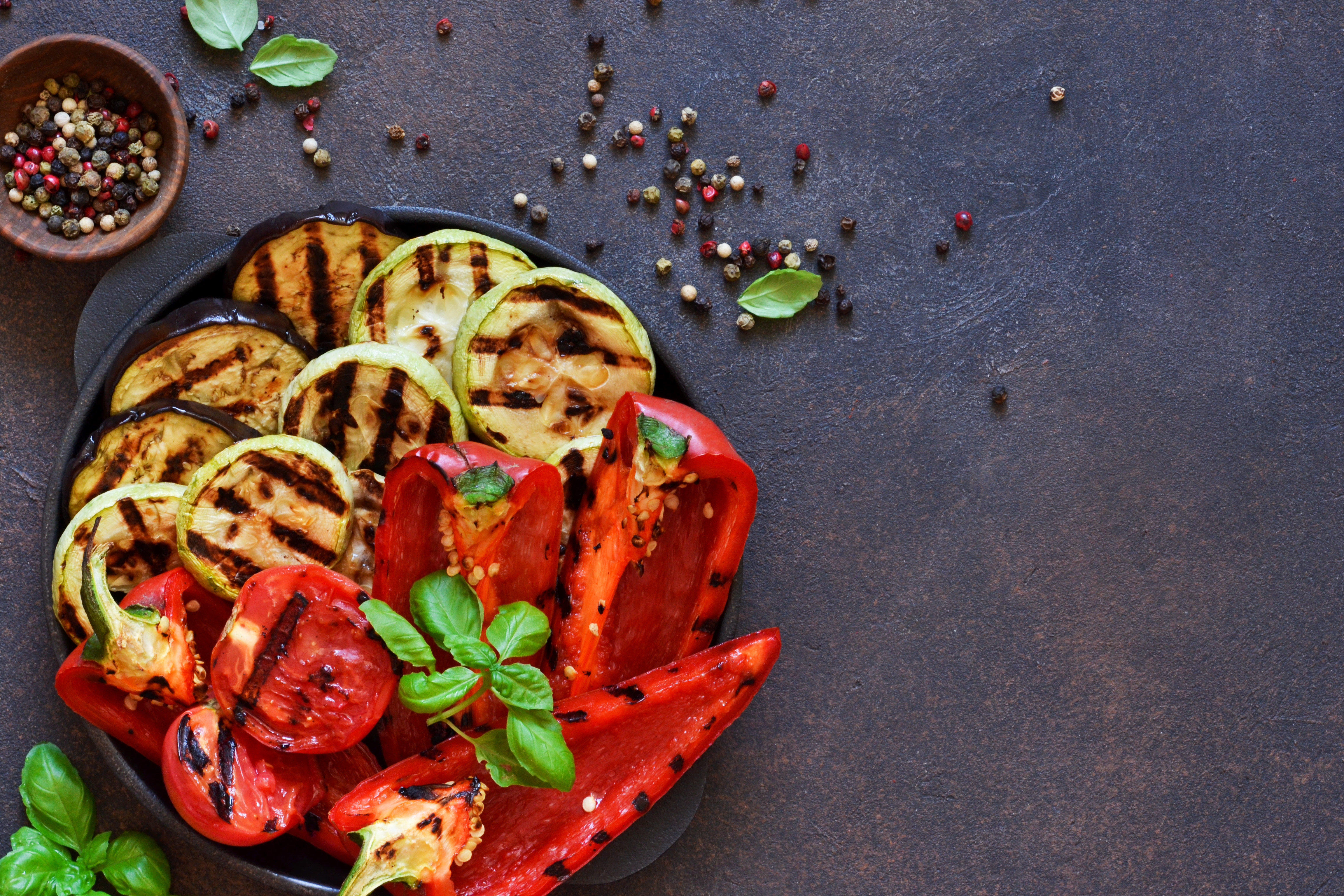 <p><strong>8. Добавяйте зеленчуци към храната си</strong></p>  <p>Лесен начин да намалите калориите е като допълвате храненията си с много зеленчуци. Те са нискокалорични и създават чувство на ситост.</p>