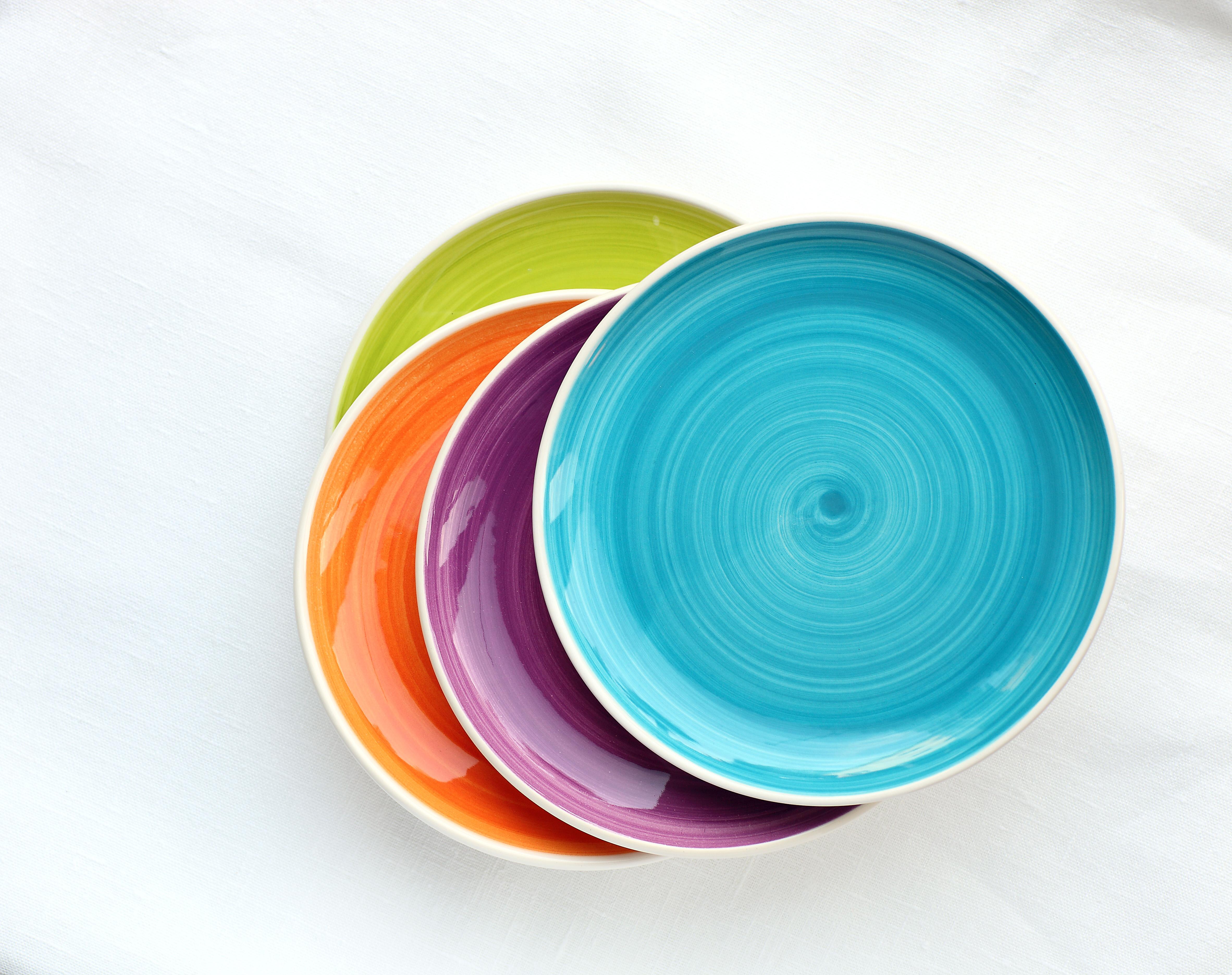 <p><strong>4. Купете си комплект цветни чинии</strong></p>  <p>Проучване сочи, че контрастът между храната и чинията е ключът към по-малката консумация. Въпреки, че причината все още не е установена, редица изследвания показват, че хората, които се хранаят от съдове в червен цвят, консумират по-малки количества храна.</p>