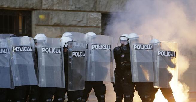Полицията в Белград използва днес сълзотворен газ, за да разпръсне