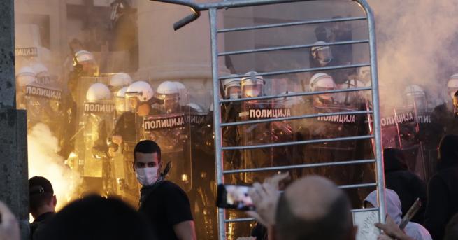 Свят Сблъсъци, сълзотворен газ и ранени в Белград Нов протест,