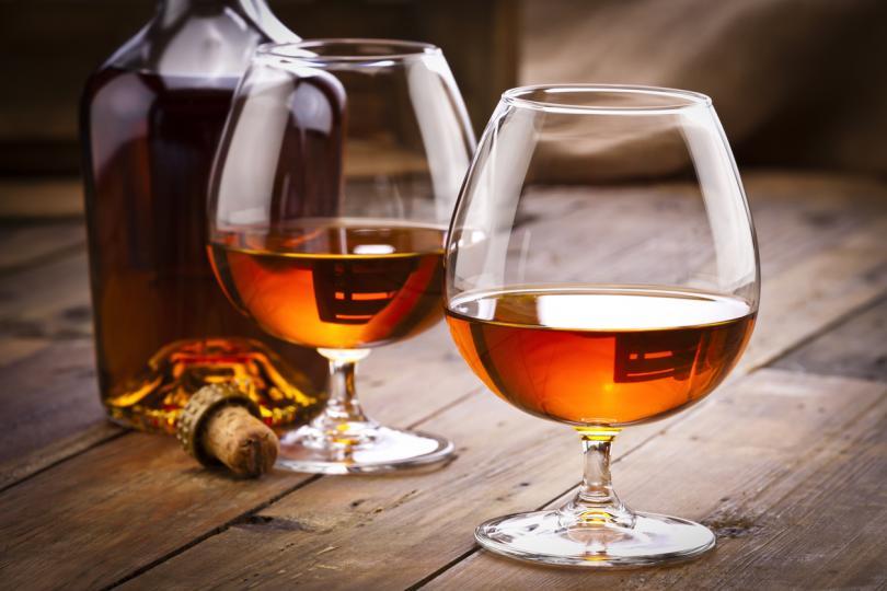 <p><strong><u>Коняк&nbsp;</u></strong>- в горещото време си струва да изоставим силно алкохолните напитки.<strong>&nbsp;</strong>Според лекарите<strong>&nbsp;максимумът, който човек може да си позволи в жегата, е 30 грама водка, уиски, текила или друга силна напитка.</strong></p>  <p>Но дори и такава доза коняк ще бъде изключително неприятна за тялото в жегата. В крайна сметка<strong>&nbsp;тази напитка силно разширява кръвоносните съдове</strong>, като допълнително причинява изпотяване, а в жегата е двоен удар по вече изтощеното тяло.</p>