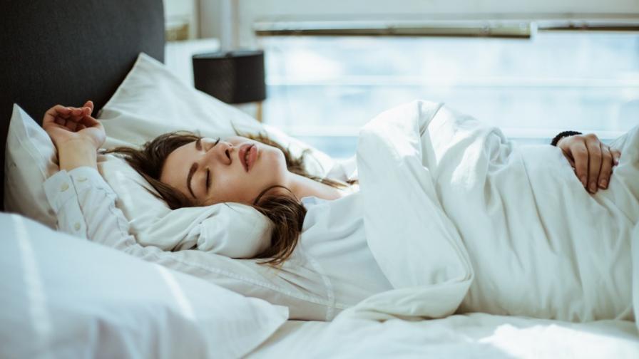 жена сън легло