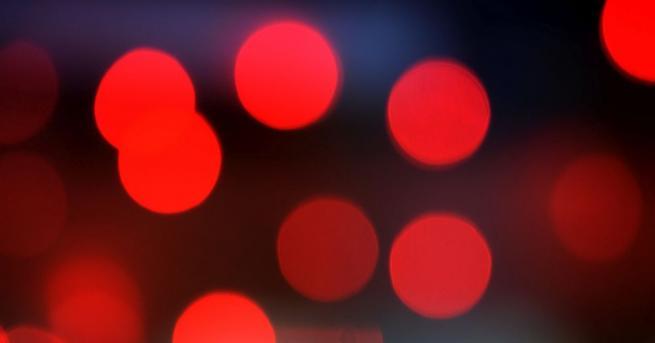 Бързото вглеждане в наситена червена светлина за три минути на