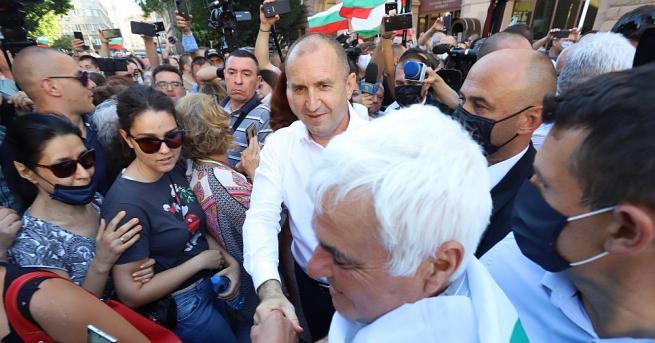 За втора поредна вечер президентът Румен Радев оглави протеста пред