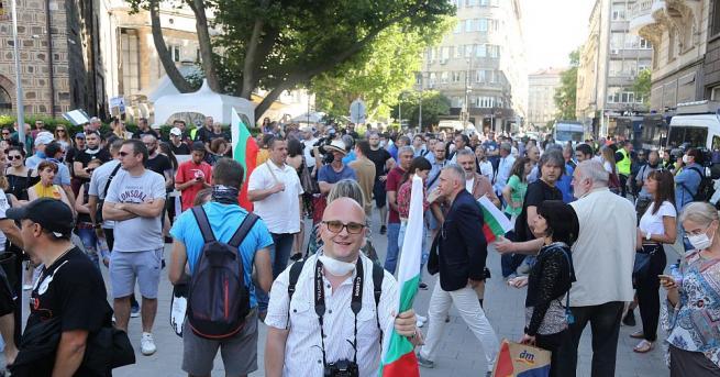 Протестът от президентството опитва да скъса полицейския кордон. Група млади