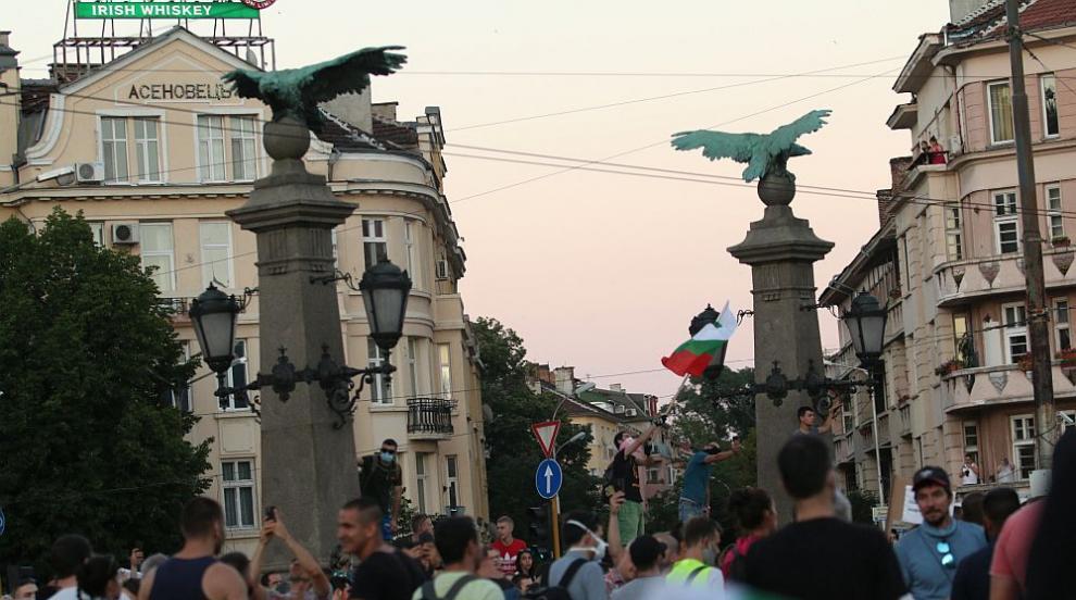 Сблъсъци, арести и напрежение в центъра на София,...