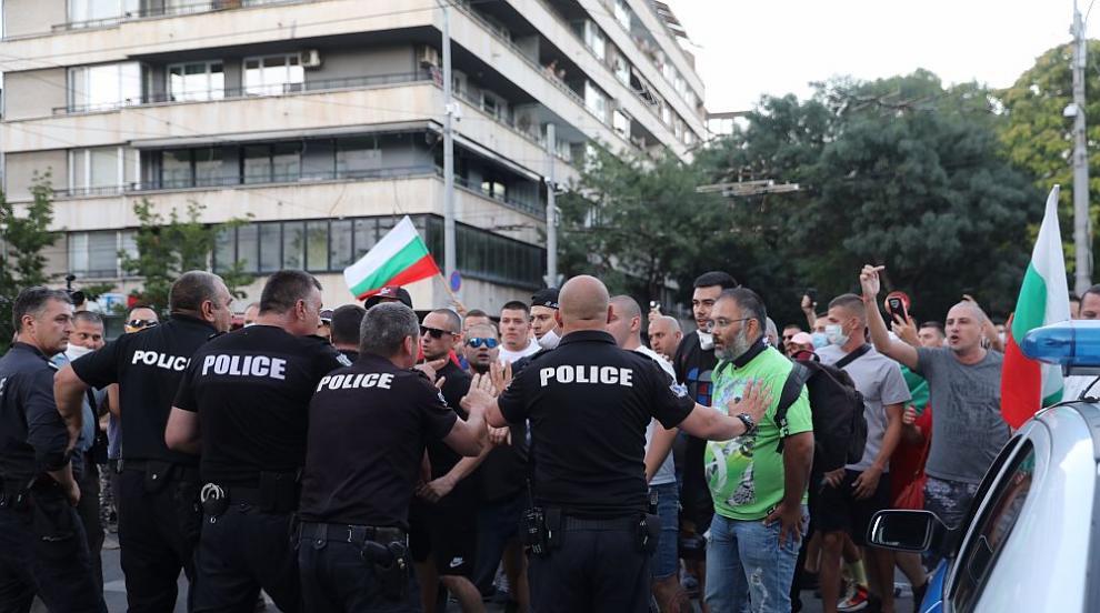 Сблъсъци и арести в центъра на София, протестът на...