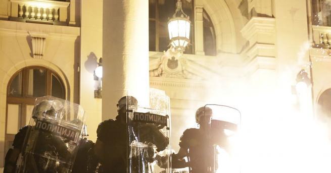 Група демонстранти проби загражденията пред сръбския парламент и нахлу вътре