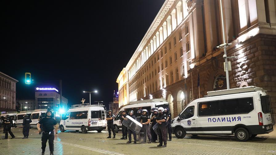 Протести под прозорците на властта