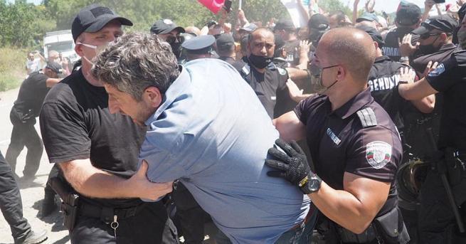 Напрежение възникна по обед между протестиращите и полицията в Росенец.