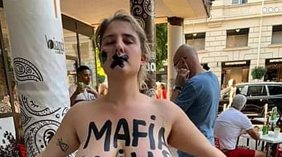 С голи гърди за оставка, довечера пак протест