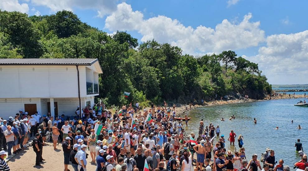 ДПС посрещнаха плажуващите с химна на България